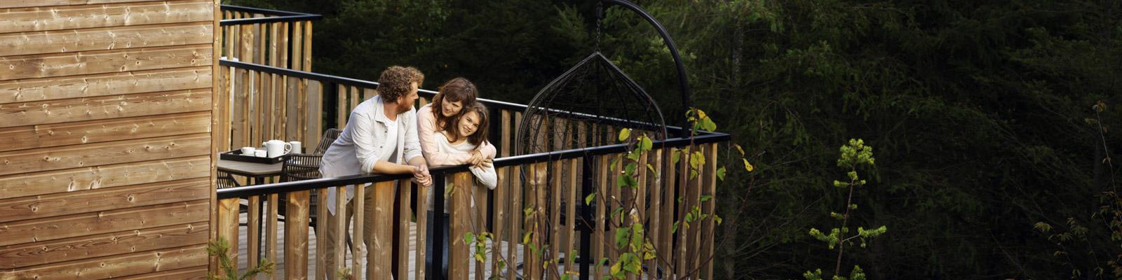 Familie auf Terrasse