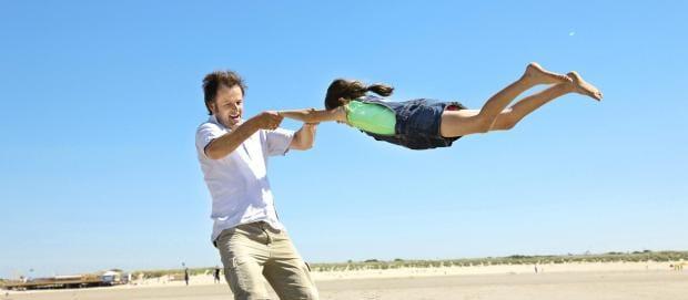 Vater und Tochter am Strand in Port Zelande