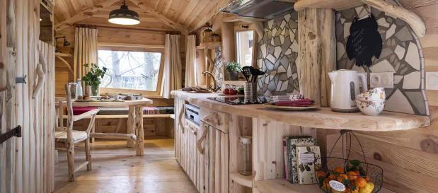 Baumhaus-Unterkunft aus Naturmaterialien