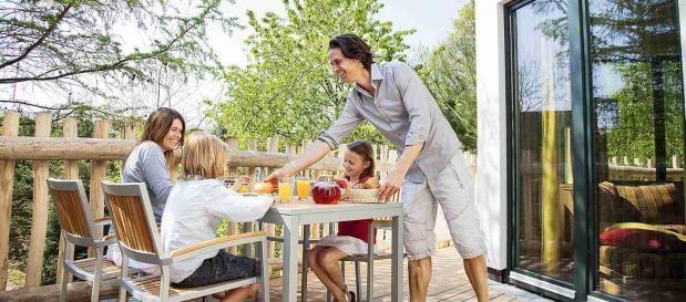 Familienfrühstück auf der Baumhaus-Terrasse