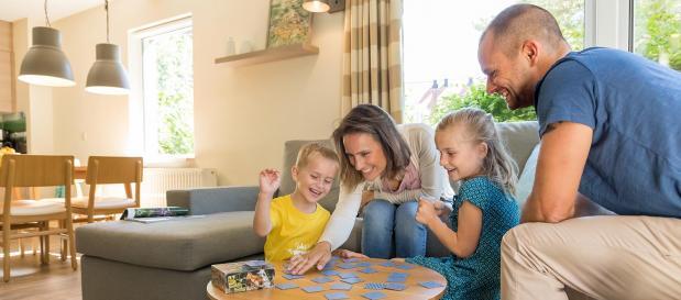 Spielen mit der Familie im Ferienhaus bei Center Parcs