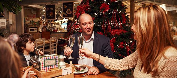 Famille à table à Noël