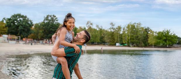 Papa und Tochter am Wasser