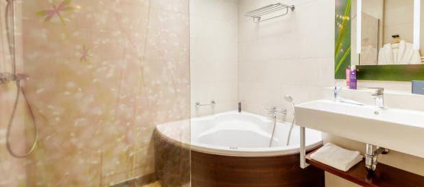 Luxe badkamer met bubbelbad in de Eden VIP cottage